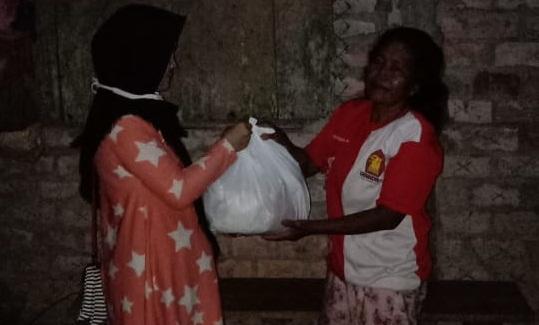 Bangkitkan Semangat Masyarakat Muara Enim Terdampak Covid-19, Relawan Sri Meliyana Bagikan Sembako